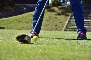 ゴルフの初心者でドライバーが右に曲がる?スライスの直し方や練習法!