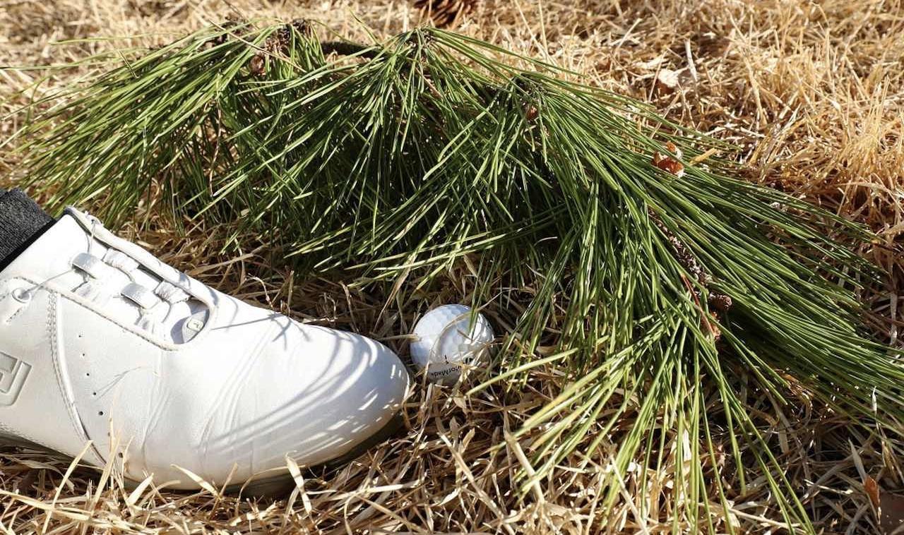 ゴルフボールを間違えて蹴ったら何打罰?新ルールで球が動いた時の処置!