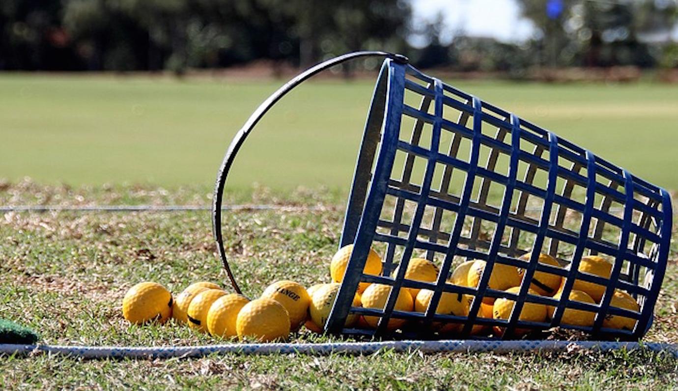 ゴルフ練習場のボールは飛ばない?コースボールとの違いは?曲がりやす?