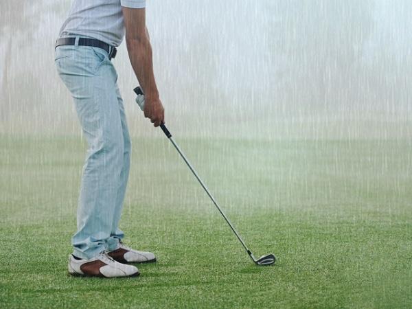 雨の日のゴルフ観戦の雨具はカッパと傘どっちがいい?靴やリュックは?