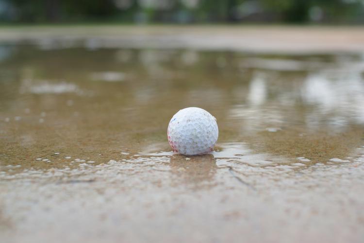 ゴルフの新ルール バンカーの水たまりや雪にソールしたら?
