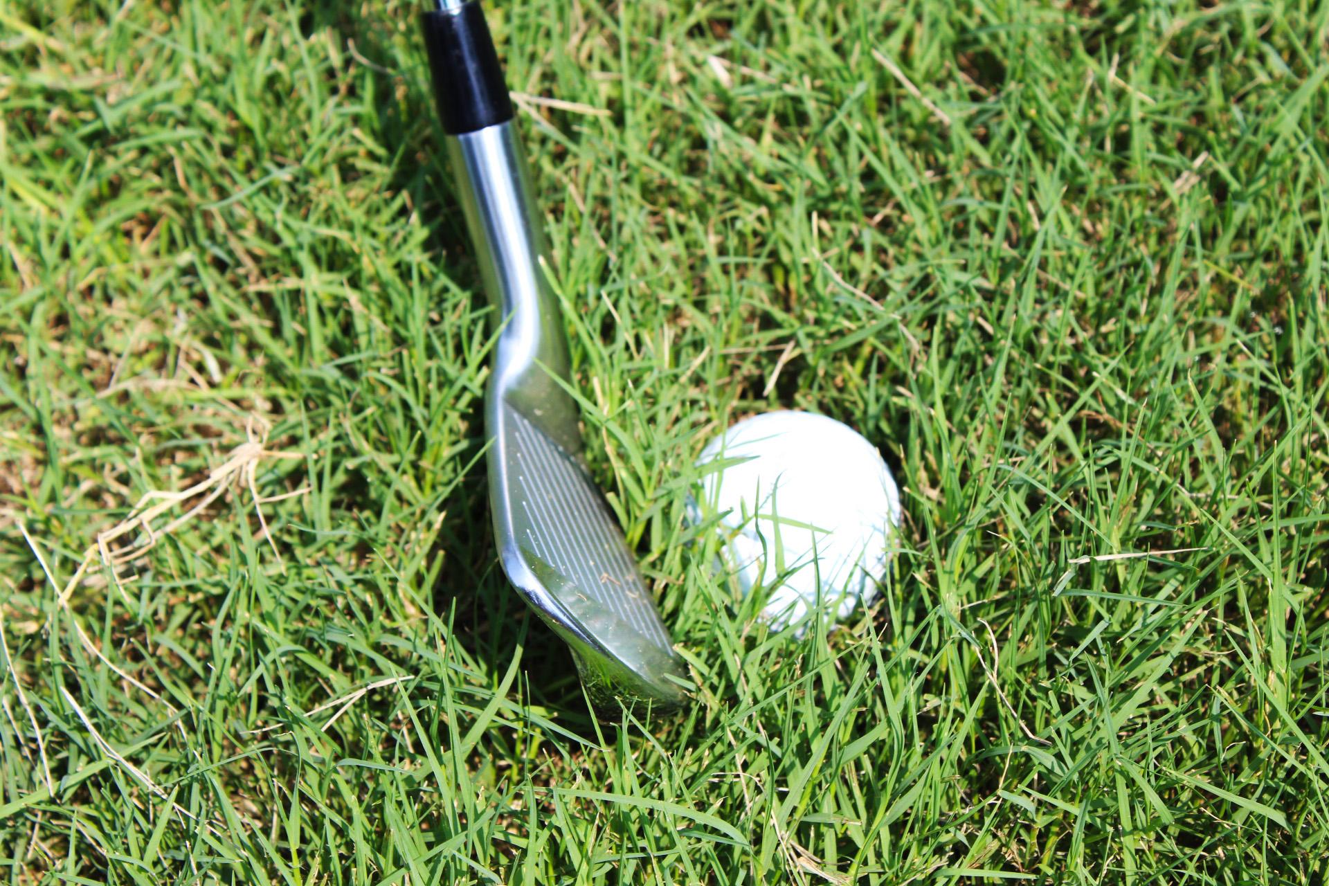 ゴルフの新ルール 落下の勢いでラフ埋まったボールの救済処置の方法
