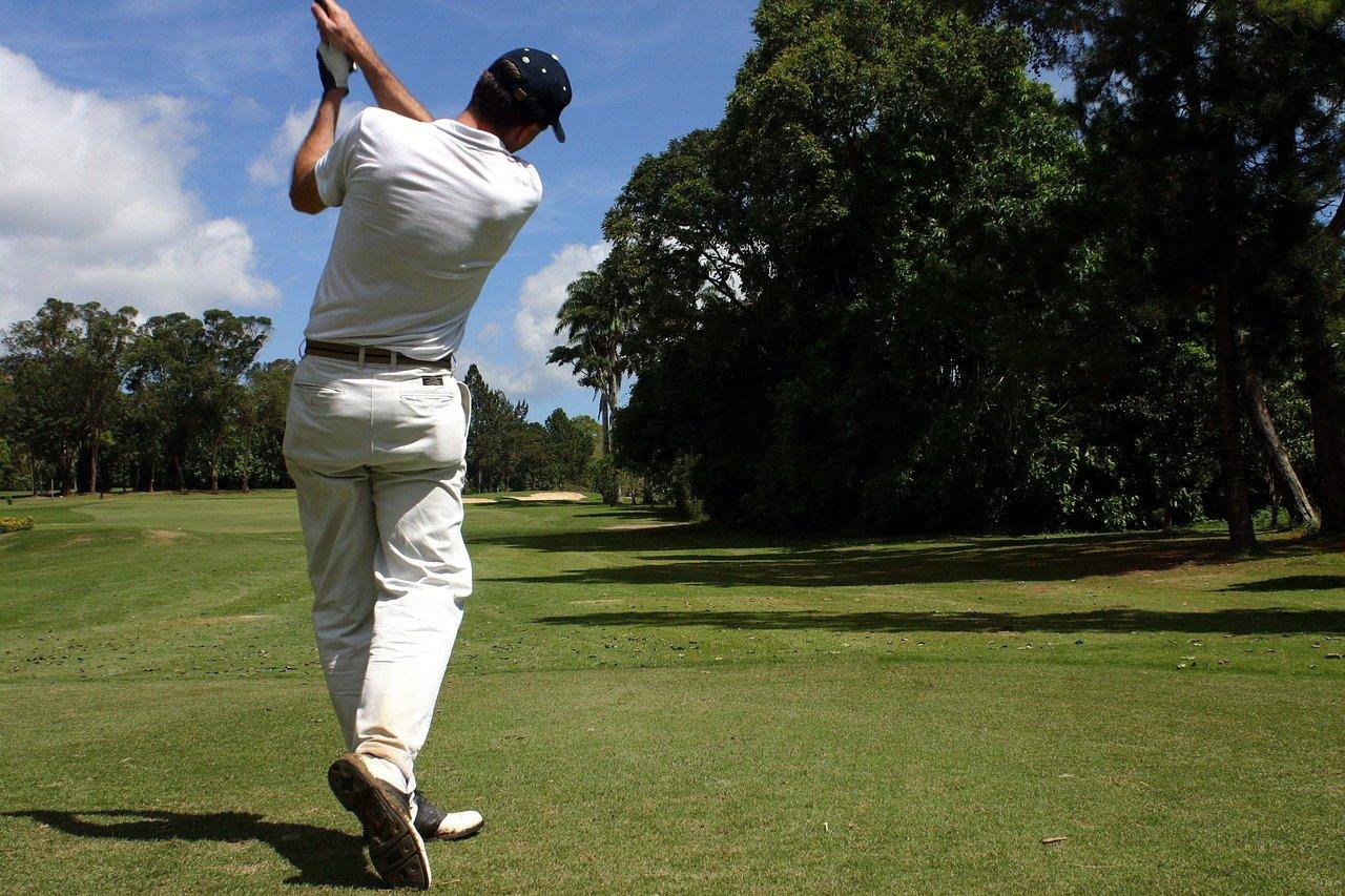 ゴルフのルール ティーショットでの空振りの罰は?打数のカウント方法は?