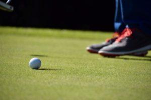 グリーン上でパターの素振りでボールに当たったら?|ゴルフの新ルール